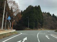 五差路を左斜め方向に進んで下さい。
